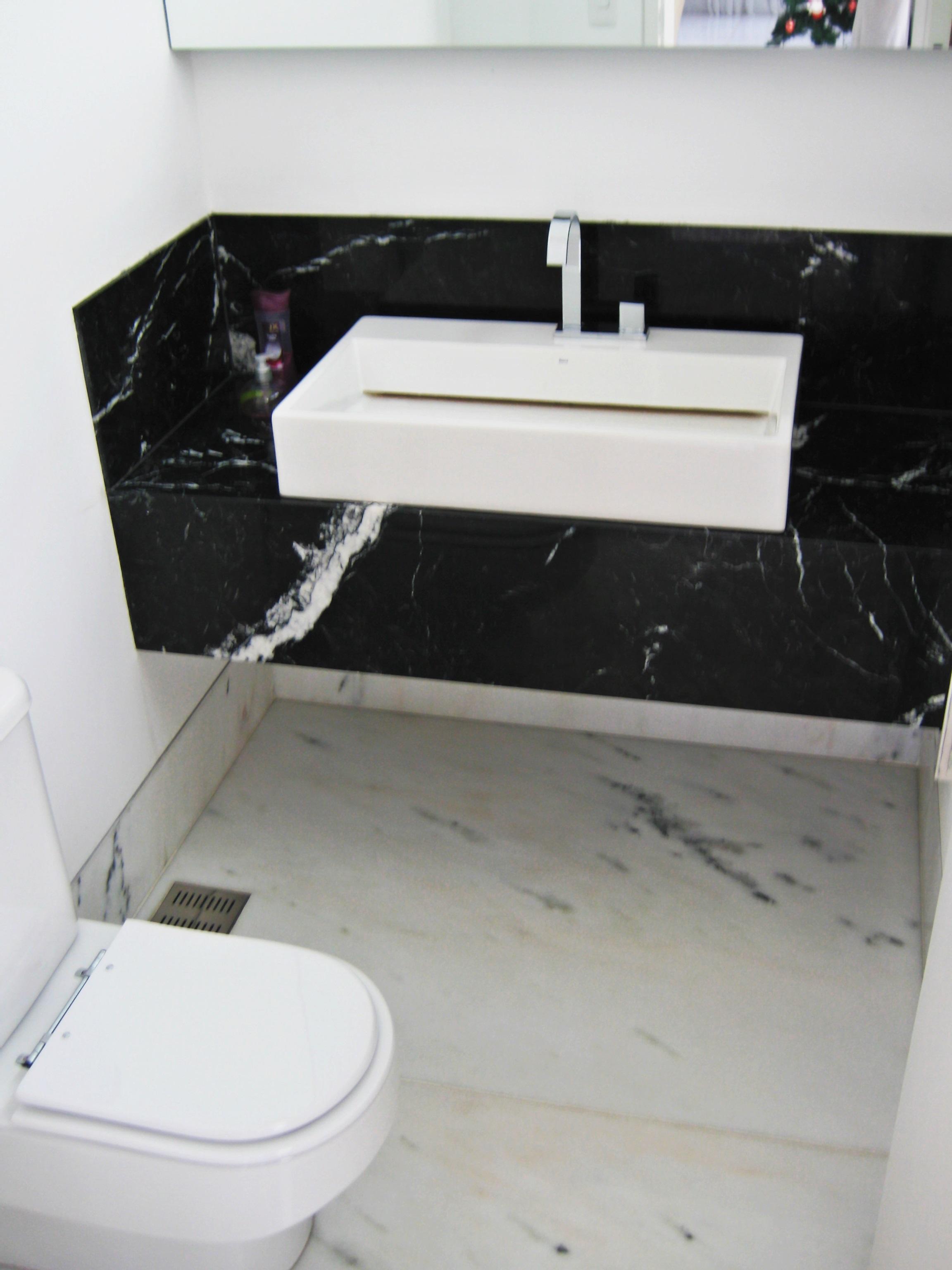 Imagens de #484E5C 084] Lavatório em Mármore Nero Marquina e Piso em Mármore Branco  2304x3072 px 3686 Banheiros Residenciais Imagens